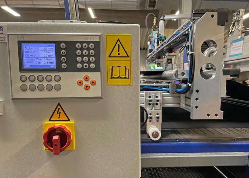 Display Spaltmaschine mit optischem Dickenmessgerät